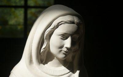 Statue «Marie qui garde les prêtres»